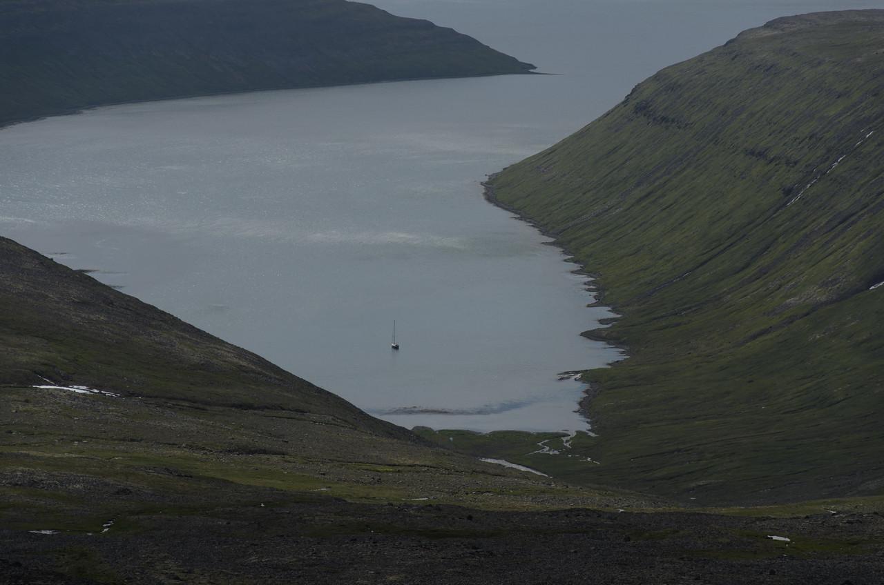 Horft ofan í Hestfjörð, þar eins og annars staðar lá skúta.