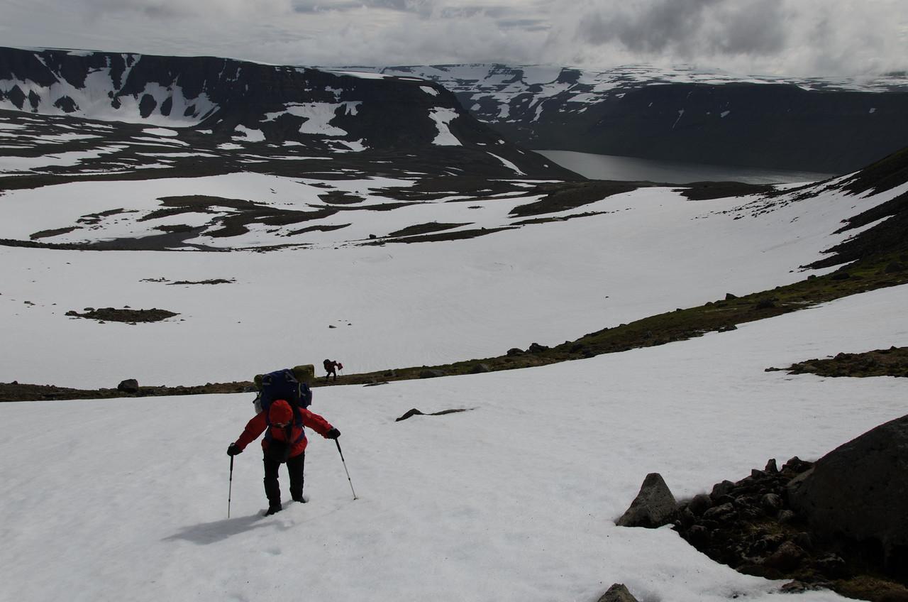 Gerður nær og Elífur fjær - með plastpokann í hendinni eins og venjulega!