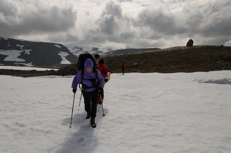 Klæðnaður sumra var orðinn ansi vetrarlegur enda hvasst í fangið