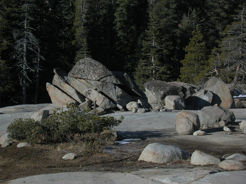This large erratic has collapsed domino-style along parallel fractures.