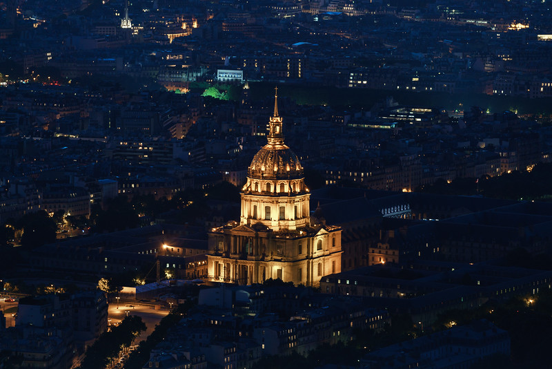 La Tombeau de Napoléon 1er lit up in the evening.