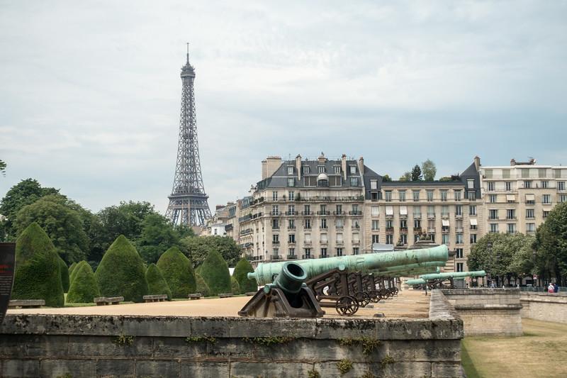 Canons in front of le musée de l'Armée.