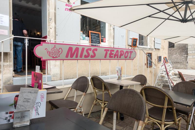 Not 100% sure just what this café's name is. It seems to have many names. Miss Teapot, Cafés Folliet, Pomme Cannelle (Apple Cinnamon), possibly others.