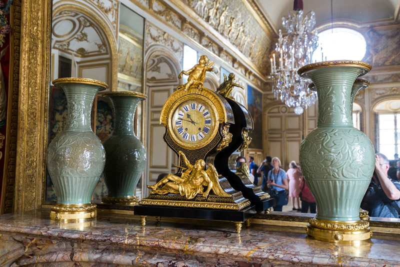 Two vases and a clock in the Queen's apartment chambers.