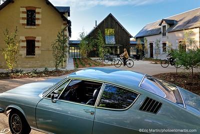 FRANCE. VAL DE LOIRE. OUVERTURE DE L HOTEL LES SOURCES DE CHEVERNY. Location des voitures de collection de Cockpit 41 pour découvrir les environs.