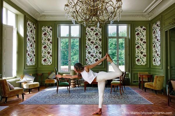 FRANCE. VAL DE LOIRE. OUVERTURE DE L HOTEL LES SOURCES DE CHEVERNY. Chaque samedi et dimanche matin Charlotte propose des cours de yoga suivis d'une balade en forêt avec découverte des plantes comestibles et médicinales