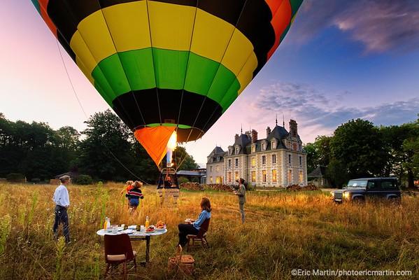 FRANCE. VAL DE LOIRE. OUVERTURE DE L HOTEL LES SOURCES DE CHEVERNY. A l 'aube, décollage en montgolfière devant le château XVIIIème siècle de l hôtel.