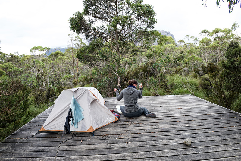 Annett, se préparant pour une nuit en tente sur l'une des plateformes de campement autour de Kia Ora Hut. Overland Track/Cradle Mountain-Lake St Clair National Park/Tasmanie/Australie