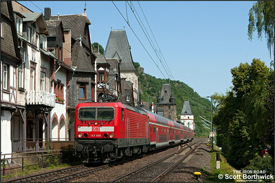 143 009/143 925 top & tail RE4287 1102 Koblenz Hbf-Frankfurt (Main) Hbf passing Bacharach on 04/07/2014.