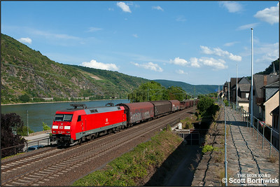152 104-6 hauls a northbound mixed freight passed Oberwesel on 06/07/2014.