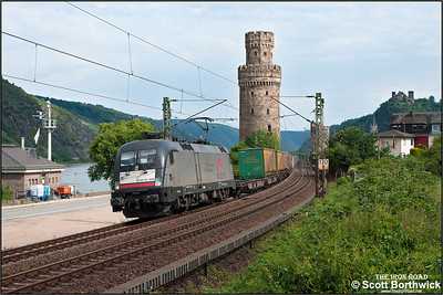Siemens ES 64 U2, 182 529-8 owned by MRCE Dispolok GmbH (Munich) passes Oberwesel with a northbound intermodal on 04/07/2014.