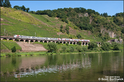 An unidentified DB class 429 is paired with CFL 2302 forming RE4119 1039 Mannheim Hbf-Koblenz Hbf as it runs along the 786m long Hangviadukt (slope viaduct) at Pünderich on 27/08/2016.