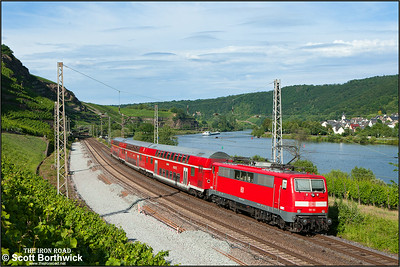 111 115 propels RE13595 1709 Trier Hbf-Koblenz Hbf passing Winningen on 07/07/2014.