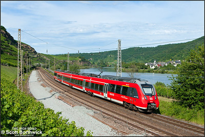 442 704 forms RB12233 1620 Trier Hbf-Koblenz Hbf passing Winningen on 07/07/2014.