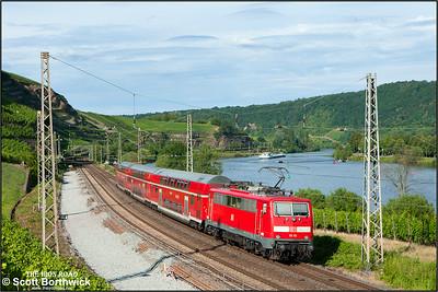 111 115 propels RE13595 1709 Trier Hbf-Koblenz Hbf passing Winningen on 07/07/2014.