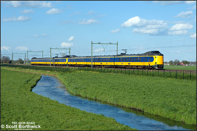Nederlandse Spoorwegen (NS) ICM 'Koploper' electric multiple units, 4051+4077 pass Moordrecht whilst forming IC12558 1649 Deventer-Rotterdam Centraal on 30/04/2015.