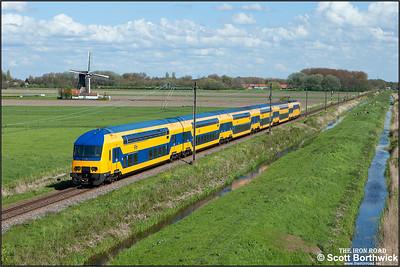 Nederlandse Spoorwegen (NS) DD-AR electric multiple unit, 7612 passes Zwammerdam whilst forming IC8852 1555 Utrecht Centraal-Leiden Centraal on 30/04/2015.