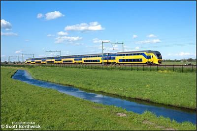 Nederlandse Spoorwegen (NS)  DD-VIRM-1 electric multiple unit, 8655 passes Moordrecht whilst forming IC2867 1750 Rotterdam Centraal-Enschede on 30/04/2015.