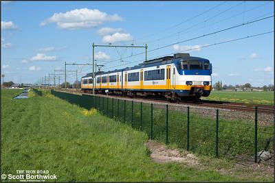 Nederlandse Spoorwegen (NS) SGMm 'Sprinter' electric multiple unit, 2982 passes Moordrecht whilst forming RE9756 1722 Gouda Goverwelle-Rotterdam Centraal on 30/04/2015.