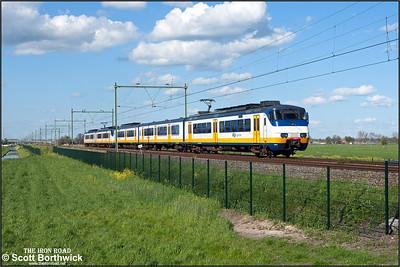 Nederlandse Spoorwegen (NS) SGMm 'Sprinter', 2969 brings up the rear of RE4060 1725 Rotterdam Centraal-Uitgeest lead by sister unit 2111 passing Moordrecht on 30/04/2015.