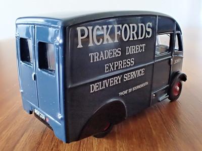 76CM002 Commer Q25 Van Pickfords - Alistair Liddle