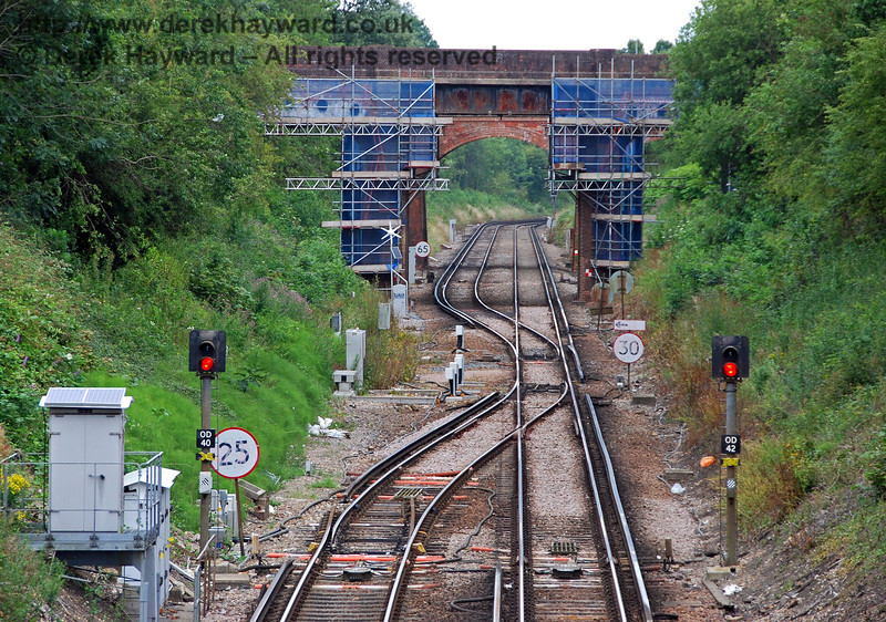 The same view in 2009 shows the previous track layout at the north end of the station, and records refurbishment of the bridge.  The signals have also subsequently been replaced by LED versions.  East Grinstead. 26.07.2009.  0111