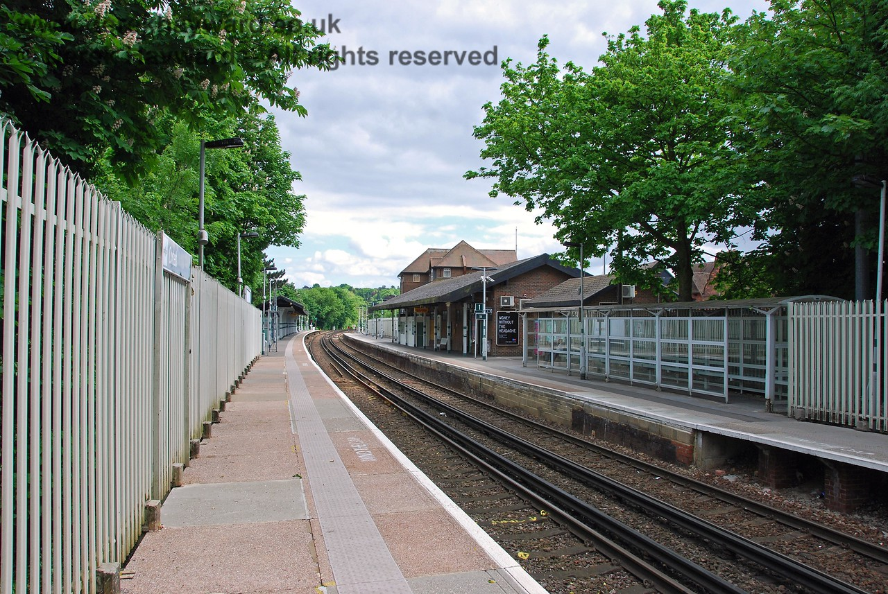 Another view south down the platforms.  Happily the fence is less prominent and northbound passengers benefit from a reasonably substantial shelter. 18.05.2008