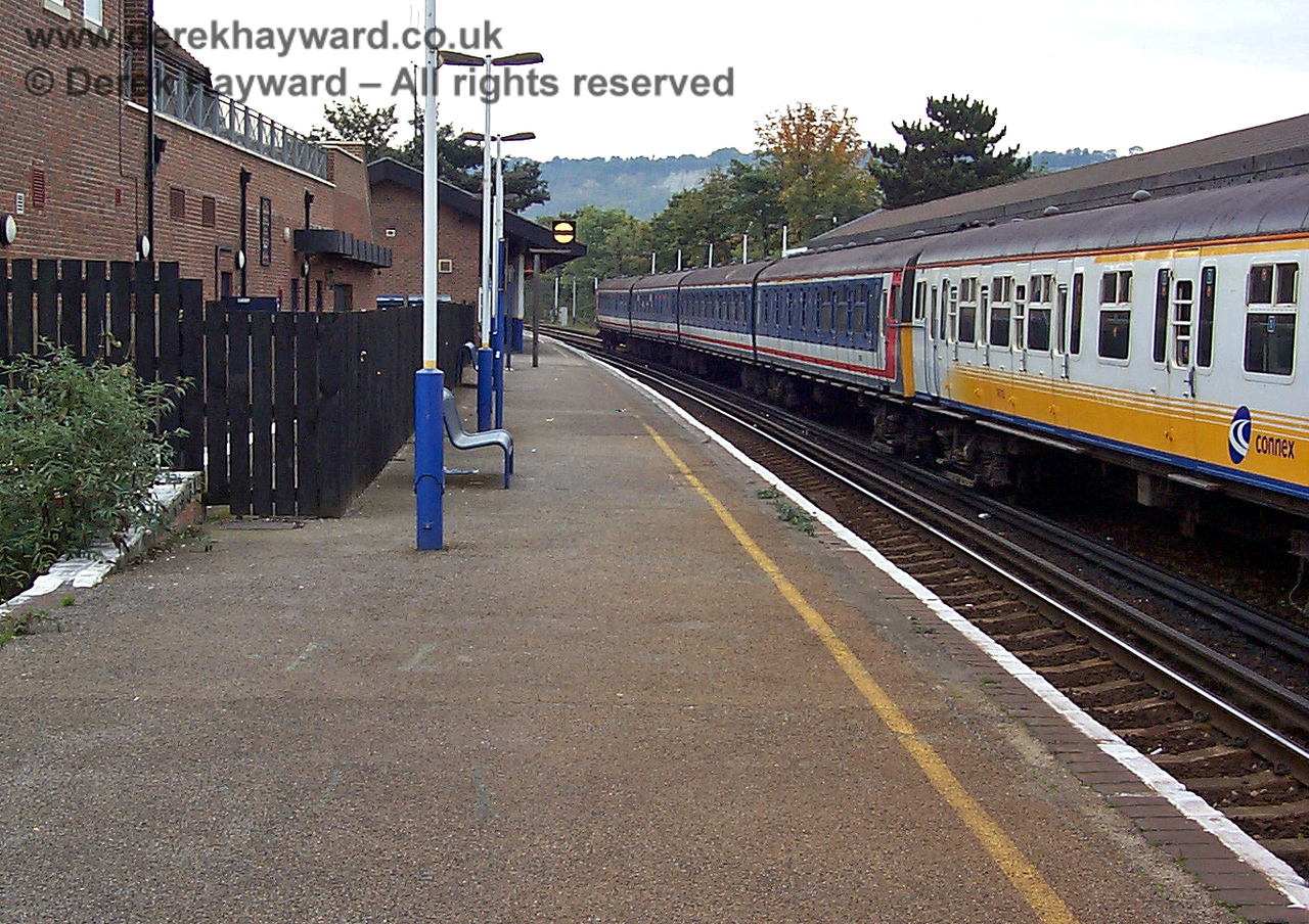 In 1998 this view looks north along the northbound platform. Two 4-VEP units are waiting to go south to East Grinstead and the photograph catches the yellow Connex livery, and the older Network South East livery on the rear unit. 09.10.1998
