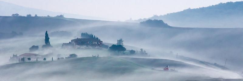Ferme dans la brume