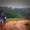 Franco Gomez (ACVC) monta mula durante durante un acompañamiento a la ACVC en que la organización realiza una categorización biológica de la Serranía de San Lucas, Sur de Bolívar..