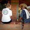 Hannah Matthews (PBI) esuchando historias interesantes de un campesino en la Zona Reserva Campesina en Puerto Matilde, Yondó, en Antioquia durante la Escuela de Líderes de la ACVC