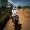 Hannah Matthews (PBI) monta a mula durante un durante un acompañamiento a la ACVC en que la organización realiza una categorización biológica de la Serranía de San Lucas, Sur de Bolívar..
