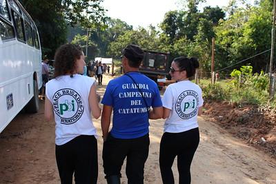 Lara y Silvia hablan con un miembro de la guardia campesina de Catatumbo.