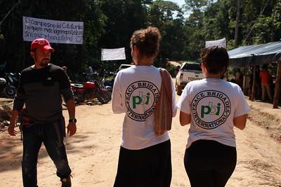 Lara y Silvia caminan por el Refugio Humanitario Caño Indio en un momento del acompañamiento.