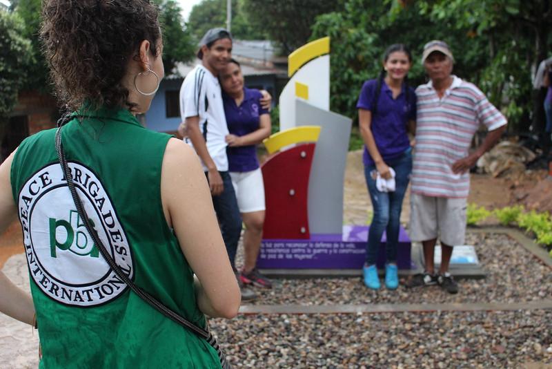 Silvia Arjona, brigadista de PBI, en un momento del acto conmemorativo realizado por la OFP en el barrio Nueva Esperanza de Barrancabermeja alusivo a la memoria de la organización y de las luchas de las mujeres en el territorio.