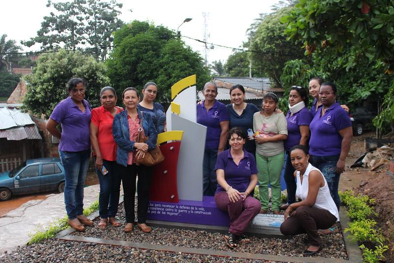 Mujeres de la OFP posan junto al monumento conmemorativo enhonor a Diofanol Sierra Vargas, tamborilero que siempre estuvo al lado de la OFP y de las luchas de las mujeres, cuya memoria ha sido homenajeada por la organización el pasado mes de diciembre.