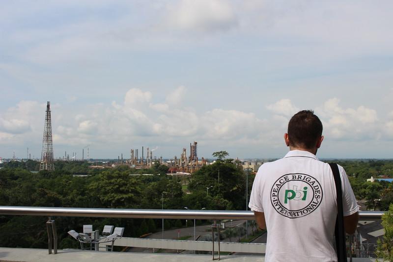 Giuseppe Pasquale, brigadista de PBI, observa desde las alturas la refinería de Barrancabermeja minutos antes del acto público en el que la Unidad para la Atención y Reparación Integral a las Víctimas notificó a la Corporación Regional para la Defensa de los Derechos Humanos (Credhos) como sujeto de reparación colectiva.