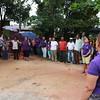 Las personas presentes en el acto conmemorativo y de memoria realizado por la OFP en el barrio Nueva Esperanza de Barrancabermeja, se enlazan con sus manos mientras cantan el himno oficial de la organización.