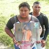 Hija de Hernán Bedoya con su retrato