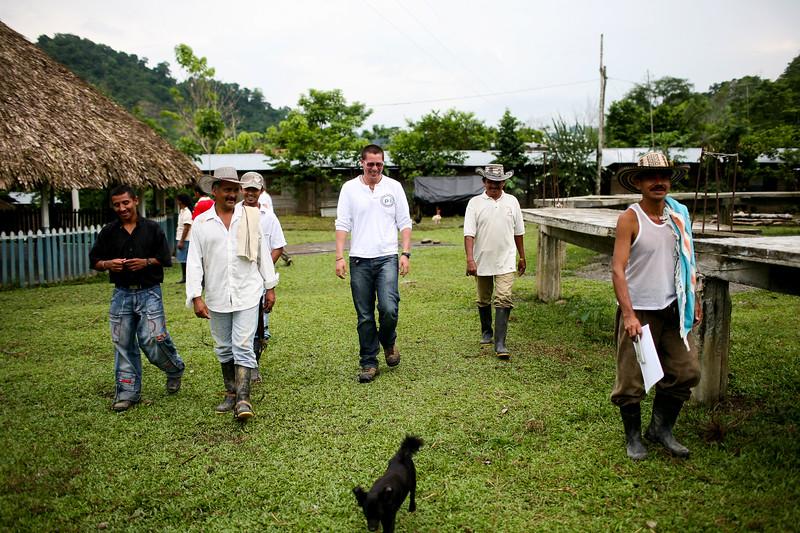 Andrés Alejandro Gutiérrez (voluntario de México) durante un acompañamiento al Consejo Interno de la Comunidad de Paz de San José de Apartadó. 2010. <br /> Foto: Charlotte Kesl.