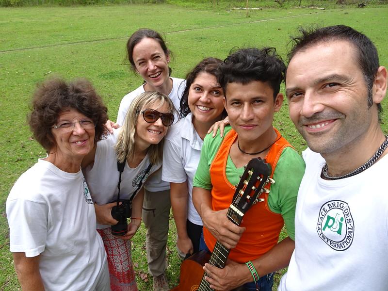 Isa, Bianca, Noelia, Nathalie y Edu con Bladimir Arteaga Guerra, Comunidad de Paz, Marzo de 2017
