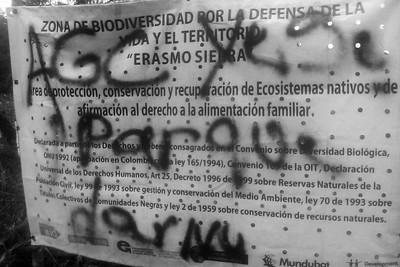 Amenaza en graffiti sobre el letrero de la Zona de Biodiversidad de Erasmo Sierra en Julio de 2017