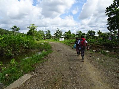 Viaje a la Zona Humanitaria Nueva Esperanza en Jiguamiandó Nathalie y Gerardo, Julio de 2017 Situación: dos hombres graffitearon AGC sobre letrero de la Zona de Biodiversidad de Erasmo Sierra y alrededores