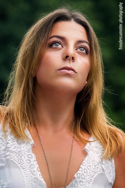 Available light outdoor portrait. Model: Alisa Grant