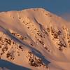 Sortie de fin d'aprem dans le secteur du Grand Arc. Un skieur trace seul la pente d'accès à l'arête ; un beau moment de montagne. Cherchez le skieur !