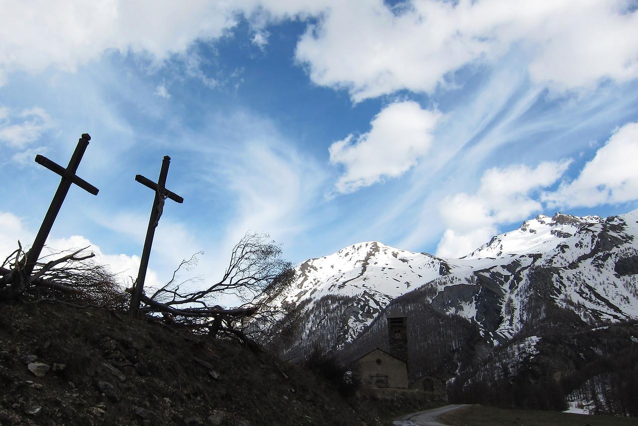 Les calvaires, bousculés par les avalanches de cet hiver, mais toujours debout. (Saint-Paul-sur-Ubaye, Alpes-de-Haute-Provence)