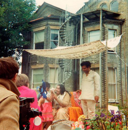 Guru Puja, 99 Nightingale Lane ashram, 4 July 1982 (Patricia Proenza photo)