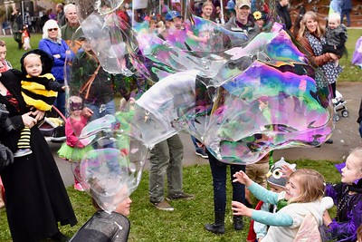 Zoo visitors chase bubbles. José Quezada—For Times-Standard