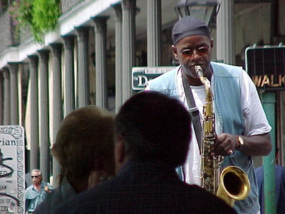 ON STREET ENTERTAINMENT AT CAFE DU MONDE (New Orleans, Sept 13, 2000)