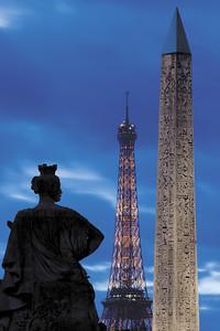 France, Paris : Photo de nuit sur la Place de la Concorde, illustration avec l'obélisque de la Concorde, la Tour Eiffel et une statue du Parc des Tuilleries, Paris, photo Christophe Bricot.